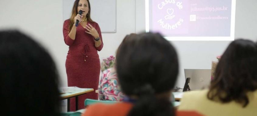 Palestra orienta trabalhadoras da rede de proteção à mulher