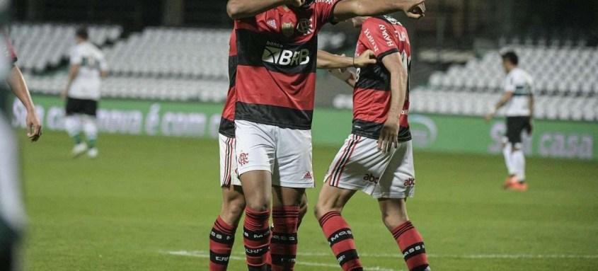 Rodrigo Muniz, substituto dos artilheiros Gabigol e Pedro, comemora o gol do triunfo rubro-negro ontem no Couto Pereira