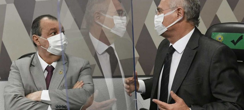 Os senadores Omar Aziz e Renan Calheiros, presidente e relator da Comissão da Pandemia, aguardam o depoimento