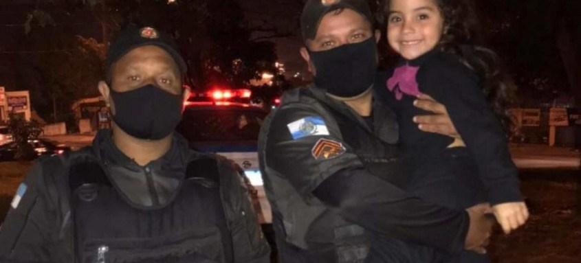 Policiais abriram caminho no trânsito para que a menina pudesse chegar ao hospital Pedro II