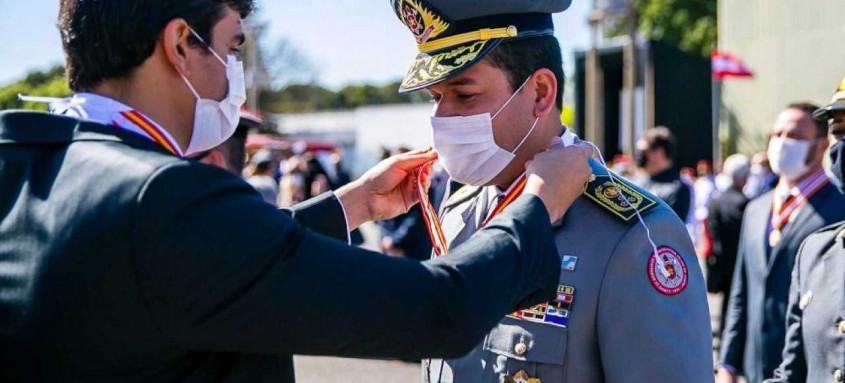 Comandante dos bombeiros é condecorado em Brasília