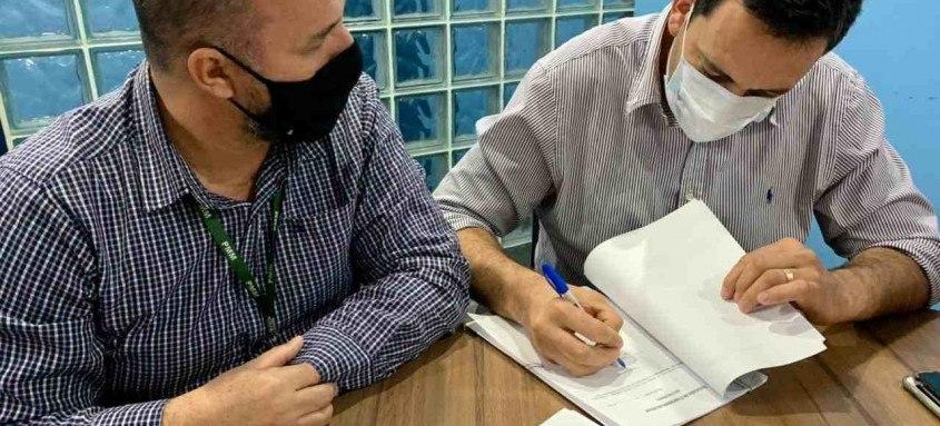 Prefeito Alan Bombeiro assina acordo para reabertura das agências dos Correios