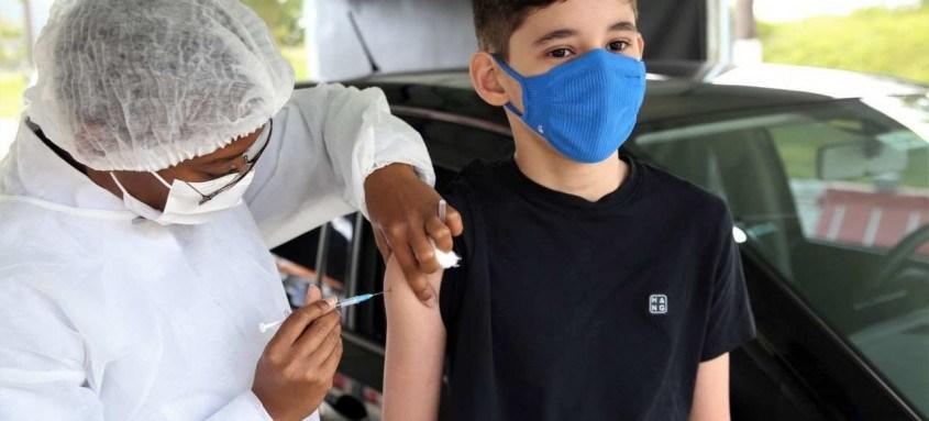 Asmático, o adolescente Lucas Rigó, de 12 anos, recebeu nesta quinta-feira sua primeira dose da vacina contra a covid-19