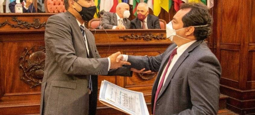 O vereador Fabiano Gonçalves cumprimenta Sergio Antunes Lima, durante a entrega da homenagem na Câmara