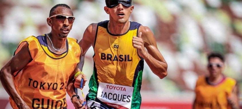 Com o tempo de 3min57s60, Yeltsin Jacques conquistou o ouro paralímpico e bateu o recorde mundial dos 1500 metros da classe T11