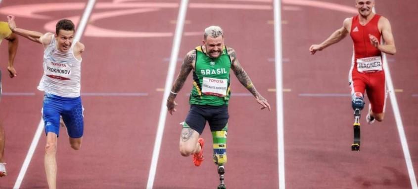 Recordista mundial dos 100m da classe T63, com o tempo de 11s95, Vinícius Rodrigues era considerado favorito para a prova