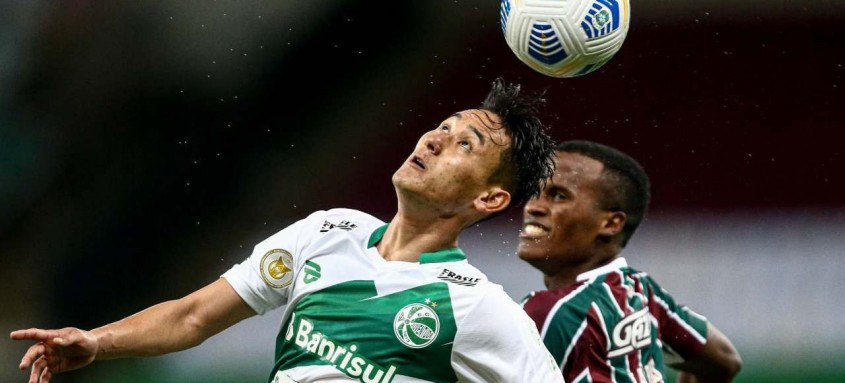 Autor do gol tricolor no empate em 1 a 1 ontem, no Maracanã, Jhon Arias disputa a bola com um jogador do Juventude