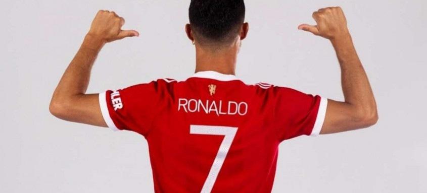 Cristiano Ronaldo posou com a camisa 7 que usará em seu retorno ao Manchester United