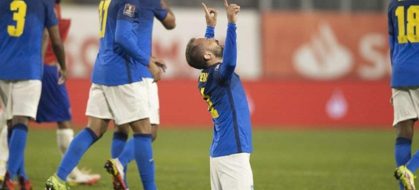 Éverton Ribeiro comemora seu gol que garantiu ao Brasil a sétima vitória em sete rodadas das Eliminatórias