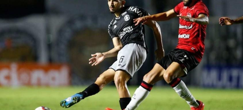 Andrey, meio-campo do Vasco, disputa a bola com um adversário durante o empate em 1 a 1 com o Brasil de Pelotas