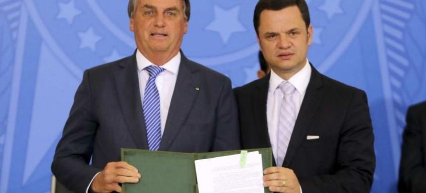 O presidente Jair Bolsonaro e o ministro da Justiça, Anderson Torres, no  lançamento do Programa Habite-se Seguro