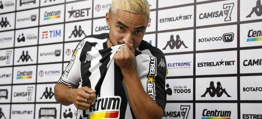 Rafael celebrou que após 14 anos atuando no futebol europeu finalmente conseguiu se tornar jogador do Botafogo
