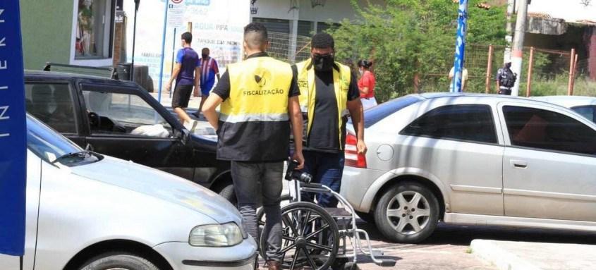 Prefeitura colocou cadeiras de rodas em vagas preferenciais para chamar atenção de quem faz uso indevido das vagas