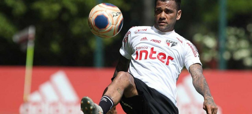 O experiente lateral Daniel Alves busca a rescisão de contrato com o São Paulo, que lhe deve cerca de R$ 18 milhões