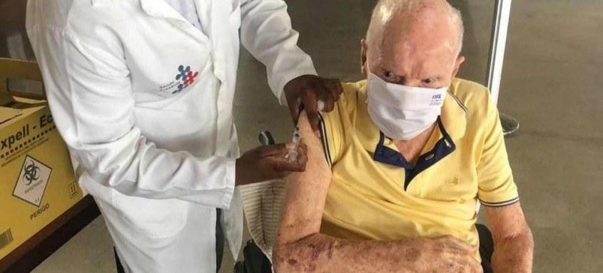 Zagallo, de 90 anos, após receber a terceira dose brincou em seu instagram escrevendo: 'Vacinas salvam (tem 13 letras)'