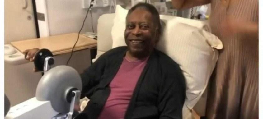 Kely Nascimento, filha do Rei Pelé, postou imagens dele fazendo fisioterapia no hospital