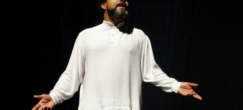 No palco, o ator Rogério Silvestre dá vida ao personagem central