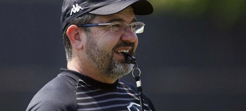 O técnico alvinegro Enderson Moreira terá problemas na zaga sem a presença do atleta Kanu, suspenso