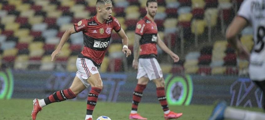 O volante rubro-negro Andreas Pereira teve exibição de destaque na vitória do Fla sobre o Athletico-PR
