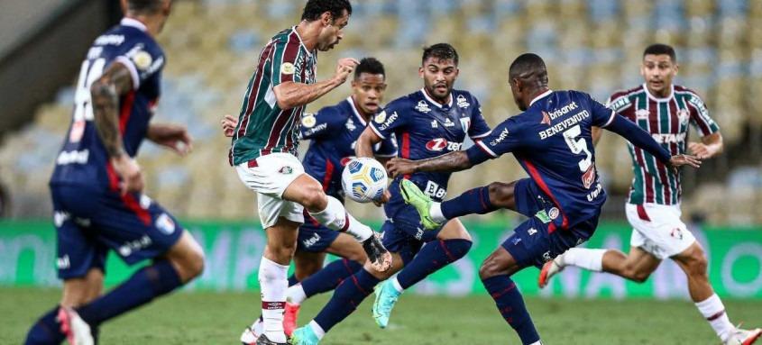 Fred é cercado por vários jogadores do Fortaleza durante a derrota tricolor hoje no Maracanã. O atacante passou em branco na partida