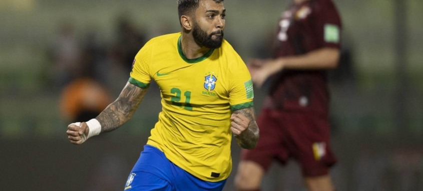 Gabigol fez de pênalti o segundo gol brasileiro na vitória por 3 a 1 sobre a Venezuela em Caracas