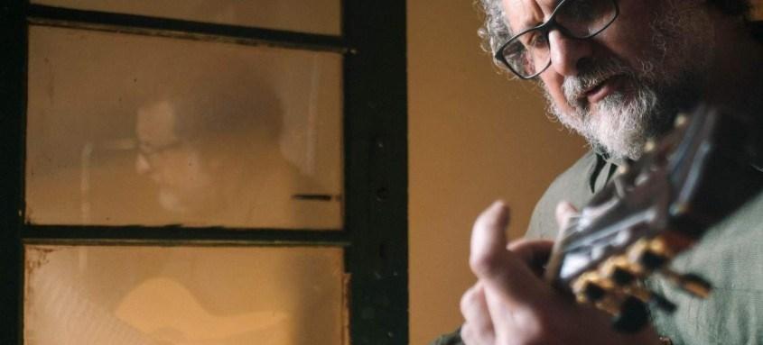 Na quinta, às 20h, o compositor e intérprete Marcelo Delacroix apresenta um show online inédito para celebrar seus 55 anos de vida e quatro décadas dedicadas à música,. Os ingressos estão à venda no Sympla. A exibição será no Youtube do CHC Santa Casa.