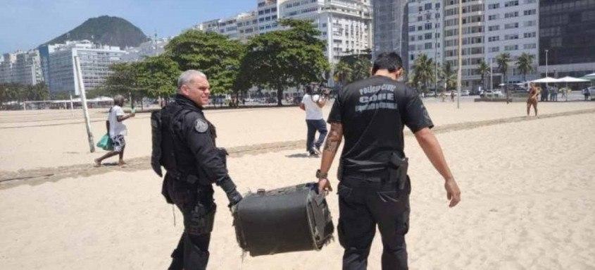 Os policiais encontraram o objeto na altura do Posto 2. O local foi isolado e os agentes do Esquadrão Antibombas levaram o explosivo que foi colocado na praia. Ninguém se feriu